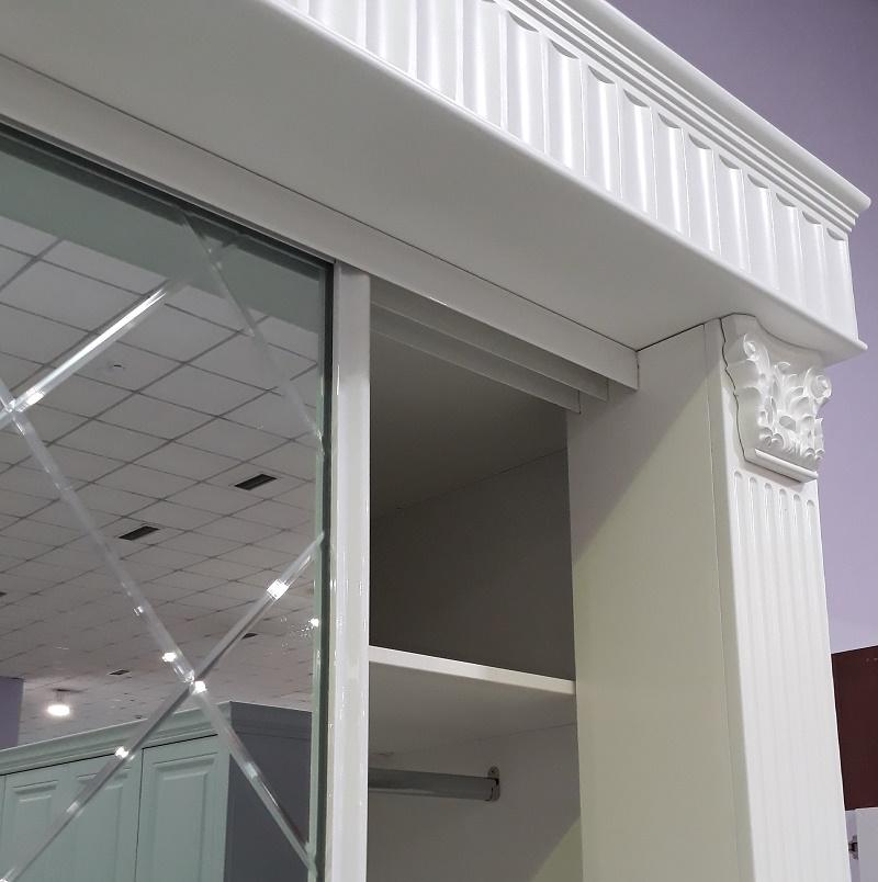 белый классический шкаф-купе с колоннами