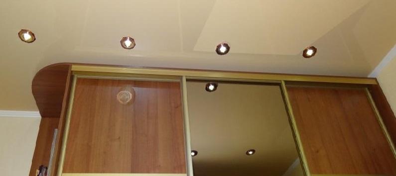 невстроенный шкаф-купе под натяжным потолком фото